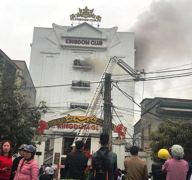 Cháy lớn gây nứt quán karaoke cao tầng - ảnh 1