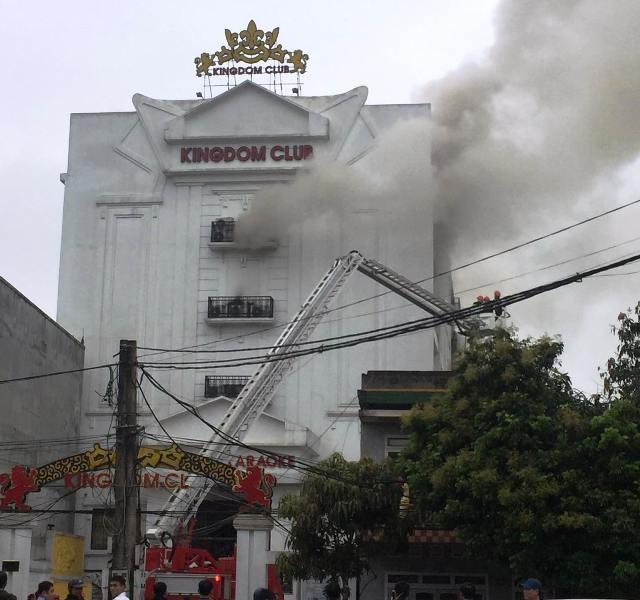 Cháy lớn gây nứt quán karaoke cao tầng - ảnh 2