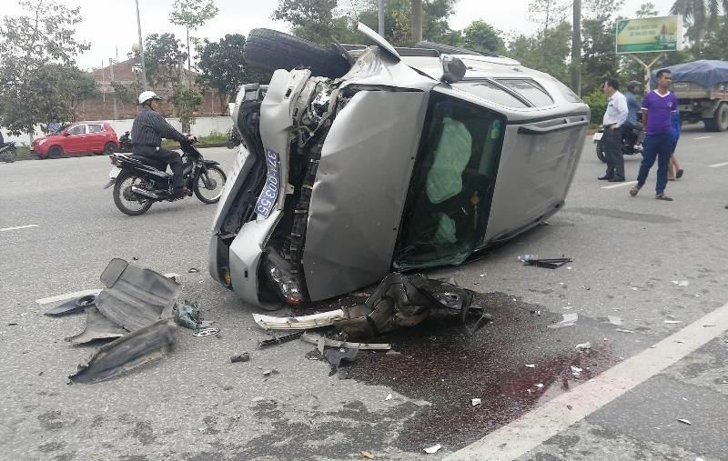 Toyota biển xanh bị lật sau khi tông xe Vios - ảnh 1