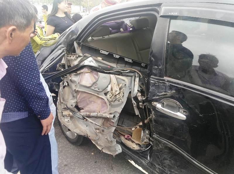 Toyota biển xanh bị lật sau khi tông xe Vios - ảnh 2