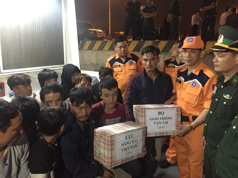 19 ngư dân bị tàu lạ đâm chìm đã về đến đất liền - ảnh 3