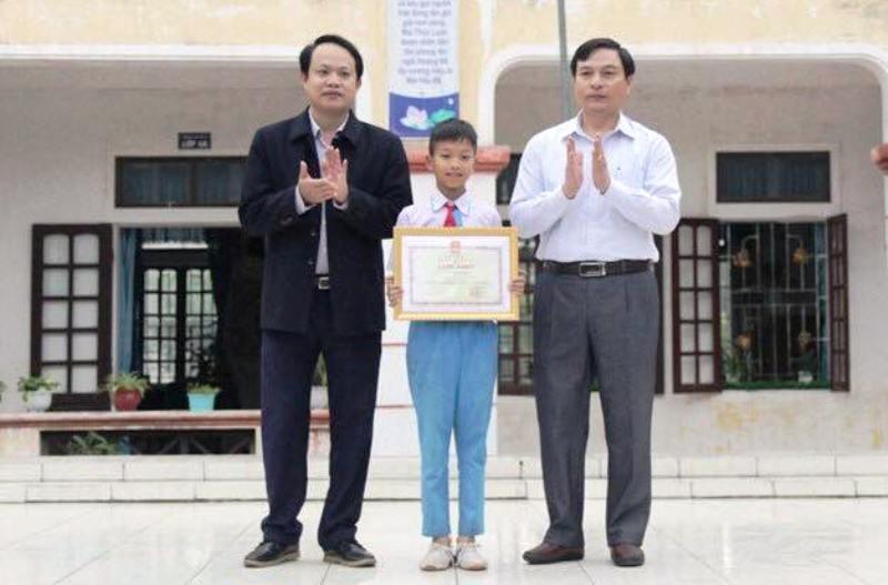 Bộ trưởng Giáo dục tặng bằng khen cho HS trả lại 24 triệu - ảnh 1