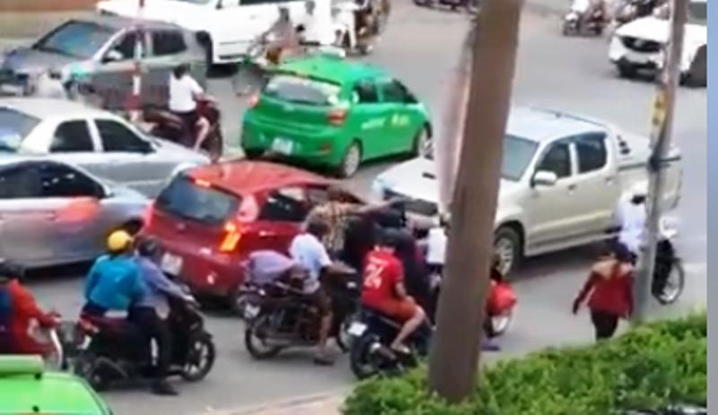 Tài xế lùi ô tô tông chết người sau khi chặn xe vợ, cự cãi - ảnh 1