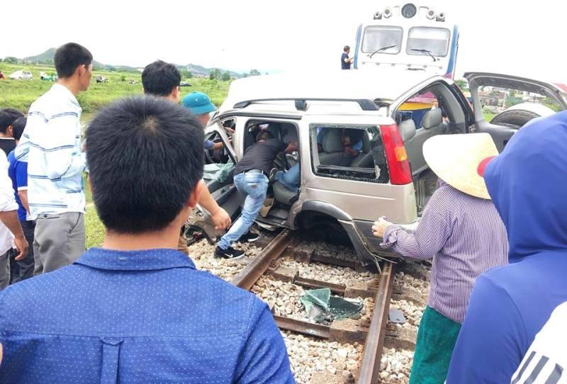 Tàu lửa tông ngang hông ô tô, 4 người trên xe thương vong - ảnh 1