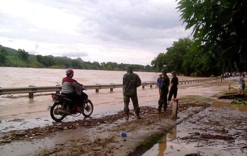 Lũ từ Lào cuộn cuộn đổ về, quốc lộ 7 chìm trong nước - ảnh 1