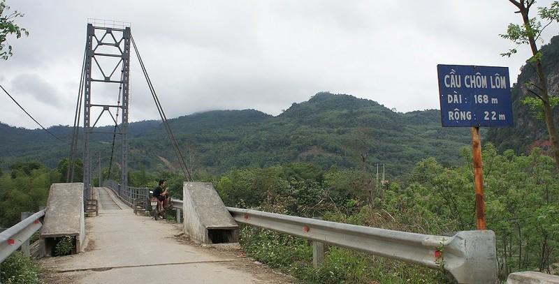 Lũ khủng khiếp cuốn đứt chân đường dẫn lên cầu treo Chôm Lôm - ảnh 1