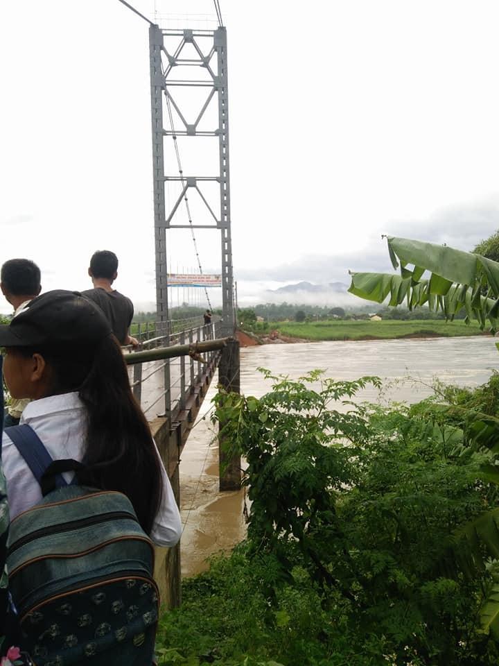 Lũ khủng khiếp cuốn đứt chân đường dẫn lên cầu treo Chôm Lôm - ảnh 4