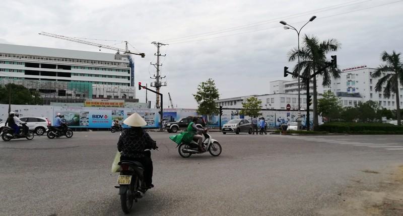 Mở thông lại đường bị đóng để xây bệnh viện - ảnh 1
