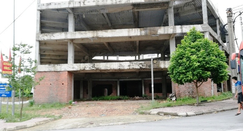 Ngân hàng xây 'lụi' 3 tầng nhà rồi bỏ hoang - ảnh 1