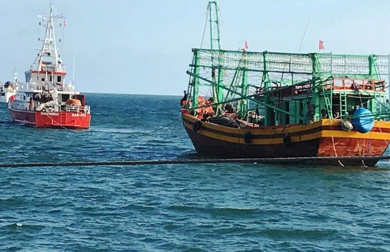 Cứu 7 ngư dân gặp nạn cạn kiệt gạo và nước ngọt trên biển - ảnh 1
