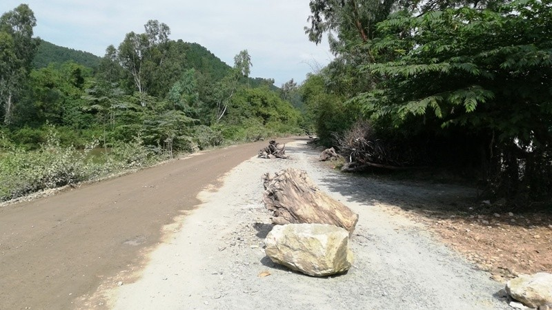 Người dân lại chặn xe chở đất đá thi công các dự án ở Nghệ An - ảnh 1