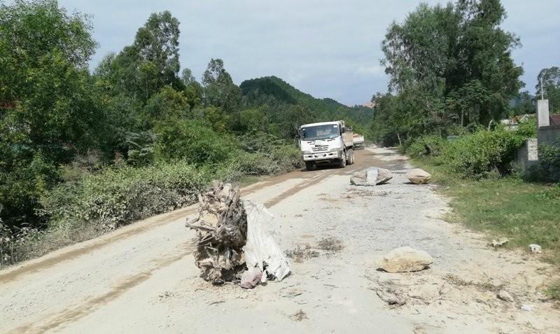 Người dân lại chặn xe chở đất đá thi công các dự án ở Nghệ An - ảnh 2