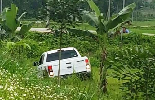 Kẻ ôm súng, lựu đạn cố thủ trong xe hơi bị khởi tố 2 tội danh - ảnh 1