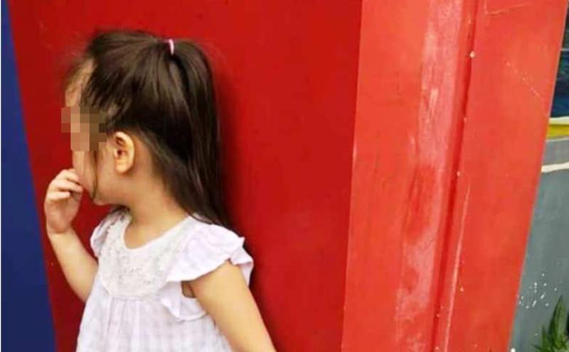 Bé 5 tuổi phải đứng ngoài cổng trường vì chuyện nợ người lớn - ảnh 1