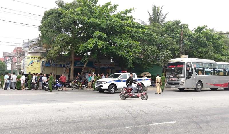 Có tiếng nổ sau va chạm giữa nhiều người trên 2 ô tô - ảnh 1