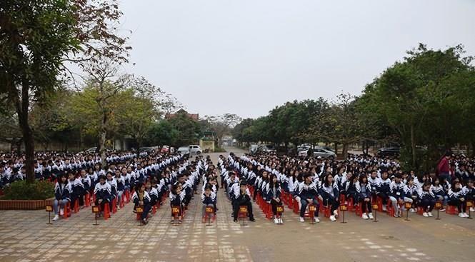 Cho 1.200 học sinh nghỉ học đón 'nhà báo quốc tế' - ảnh 2