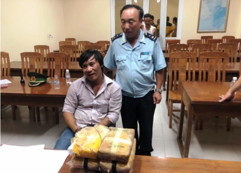 Phát hiện cặp lục bình gỗ từ Lào chứa... 40.000 viên ma túy - ảnh 3