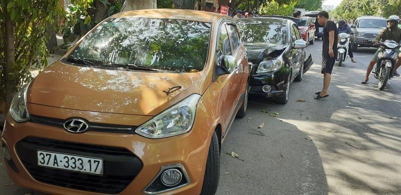 """Xe hiệu Mazda CX5 """"điên"""" tông người đang lấy đồ cốp xe hơi - ảnh 1"""