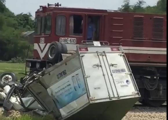 Xe tải cố vượt qua đường sắt bị tàu hỏa tông ngang  - ảnh 1