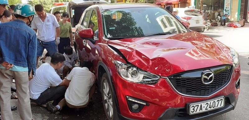 """Xe hiệu Mazda CX5 """"điên"""" tông người đang lấy đồ cốp xe hơi - ảnh 2"""