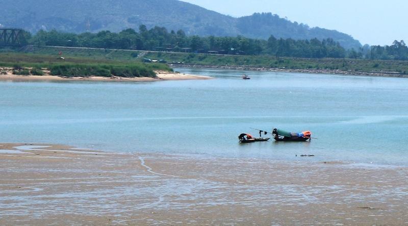 Thi thể trôi trên sông qua 3 huyện không rõ danh tính - ảnh 1