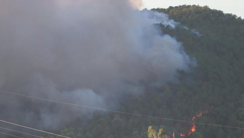 Cháy lớn ở núi Hồng Lĩnh, lửa tiến sát trạm xăng, nhà dân - ảnh 6
