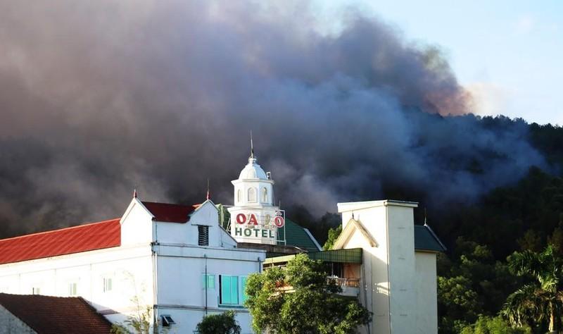Cháy lớn ở núi Hồng Lĩnh, lửa tiến sát trạm xăng, nhà dân - ảnh 4