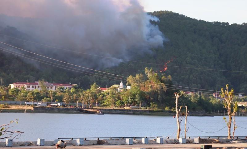 Cháy lớn ở núi Hồng Lĩnh, lửa tiến sát trạm xăng, nhà dân - ảnh 1