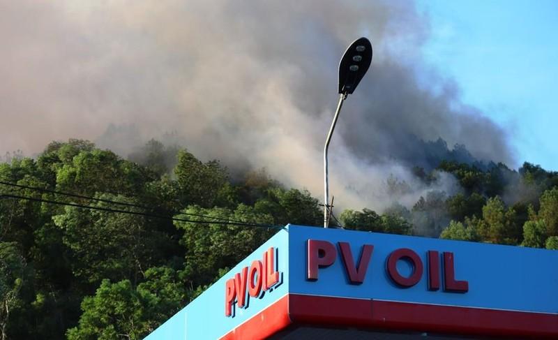 Cháy lớn ở núi Hồng Lĩnh, lửa tiến sát trạm xăng, nhà dân - ảnh 3