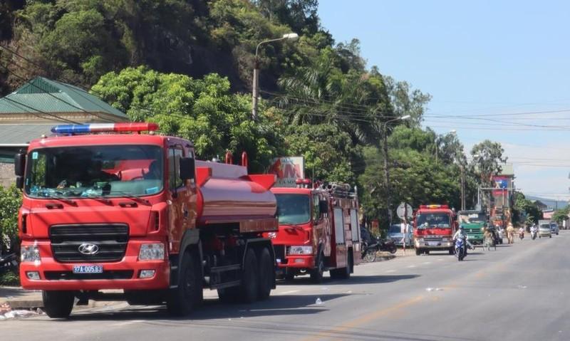 Chặn quốc lộ 1A, tập trung dập lửa ở núi Hồng Lĩnh - ảnh 2