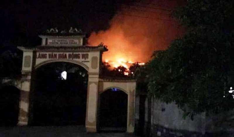 Lửa ở rừng Nghệ An lan sang gây cháy lớn ở Hà Tĩnh  - ảnh 1