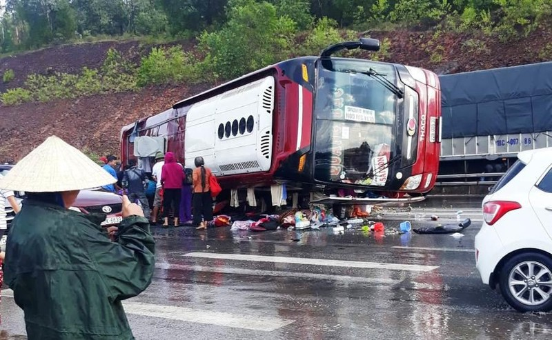Xe khách lật trên quốc lộ 1A, nhiều hành khách bị thương - ảnh 1
