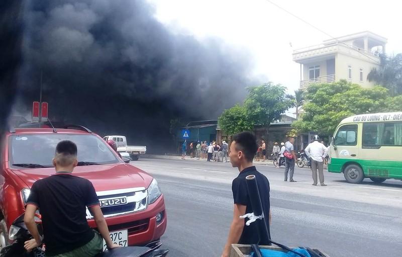 Quốc lộ 1A ách tắc do khói từ đám cháy lớn ở nhà dân - ảnh 1