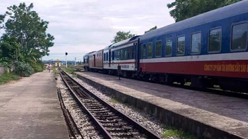 Tàu hàng trật bánh, đường sắt Bắc-Nam tê liệt nhiều giờ - ảnh 2