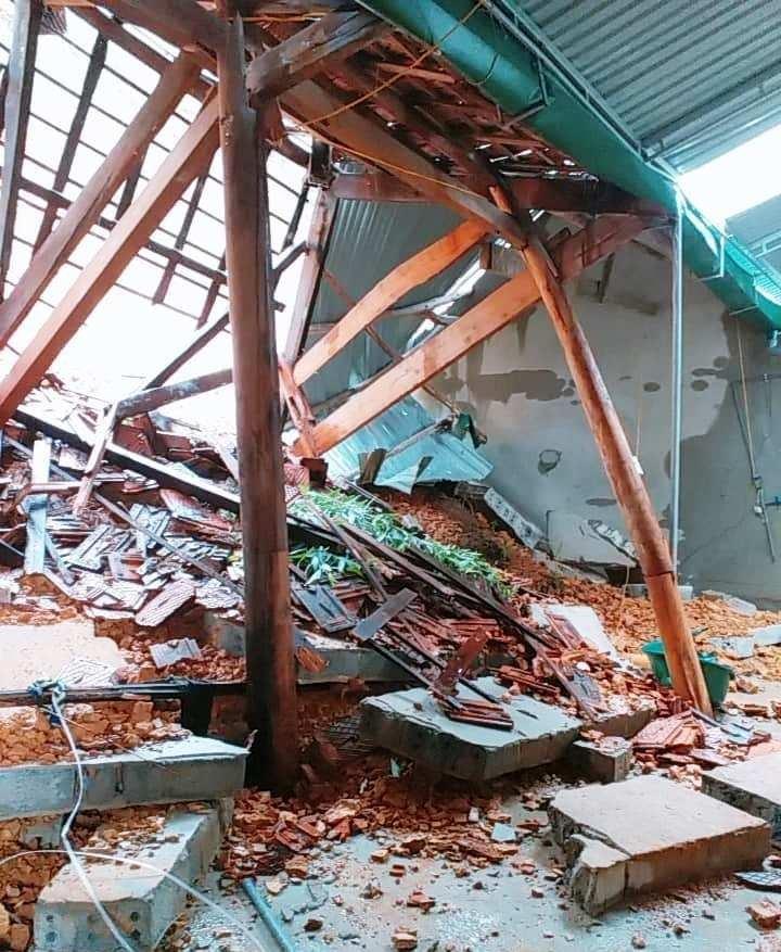 Mưa lớn gây lở đất làm sập nhà, tốc mái trường học - ảnh 1