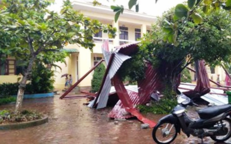 Mưa lớn gây lở đất làm sập nhà, tốc mái trường học - ảnh 3