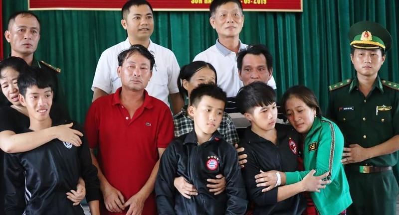 Ngư dân 16 tuổi và 3 người bị chìm tàu về đến quê nhà - ảnh 3