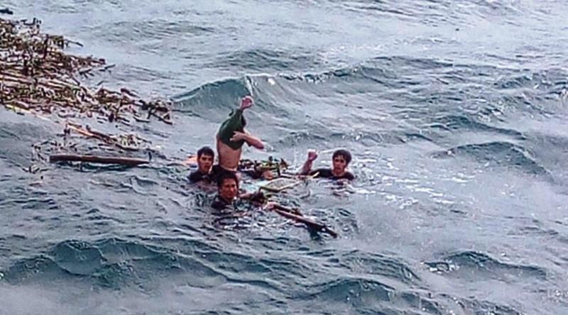 Chùm ảnh: Rưng rưng xúc động đón 3 ngư dân bơi 25 giờ trở về  - ảnh 1