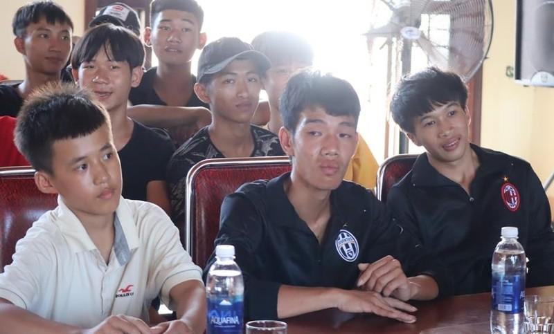 Ngư dân 16 tuổi và 3 người bị chìm tàu về đến quê nhà - ảnh 2