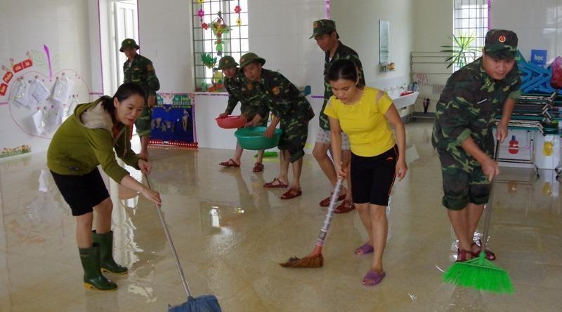 Ông Trần Quốc Vượng thăm động viên người dân vùng lũ lụt - ảnh 2