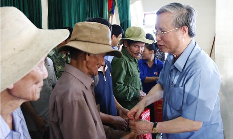 Ông Trần Quốc Vượng thăm động viên người dân vùng lũ lụt - ảnh 1