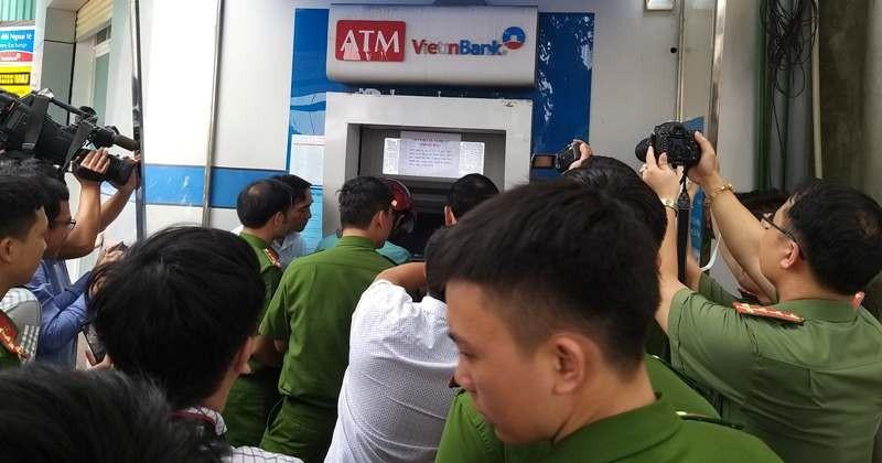 Ba người Trung Quốc bị khởi tố vì trộm mật khẩu ATM rút tiền  - ảnh 3