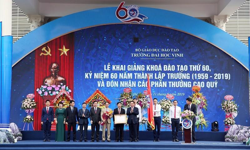 Phó thủ tướng trao huân chương Lao động cho Trường ĐH Vinh - ảnh 2