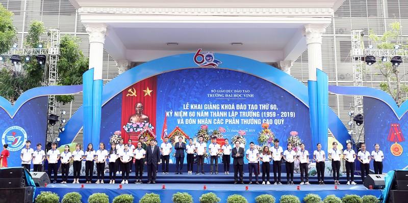 Phó thủ tướng trao huân chương Lao động cho Trường ĐH Vinh - ảnh 3