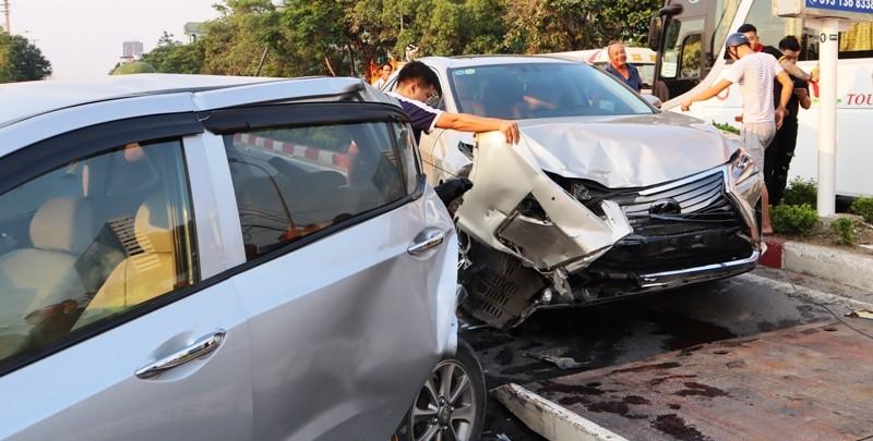 Xe Lexus gây tai nạn liên hoàn làm giao thông ách tắc - ảnh 2