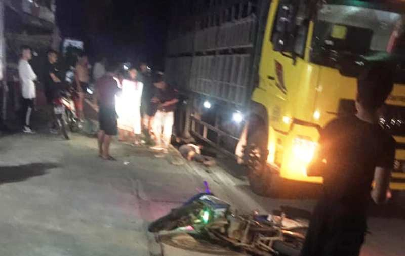 3 người đi trên một xe máy tông vào xe tải, 2 chú cháu tử vong - ảnh 1
