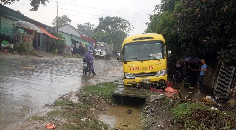 Ô tô khách đấu đầu xe tải, một người chết, 15 người bị thương - ảnh 4