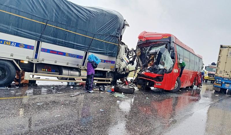 Ô tô khách đấu đầu xe tải, một người chết, 15 người bị thương - ảnh 2