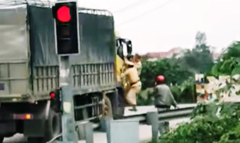 Vụ 2 CSGT bám cửa xe tải: Tài xế khai là không biết hiệu lệnh - ảnh 1