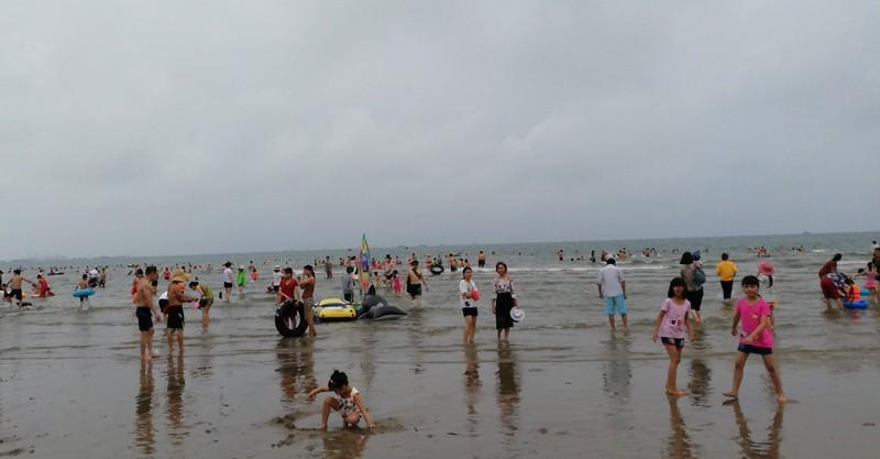 Phát hiện người đàn ông nằm chết trên bãi biển Cửa Lò - ảnh 1